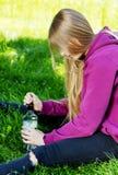 Opiła młoda kobieta z butelką alkohol zdjęcia royalty free
