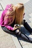 Opiła młoda kobieta z butelką alkohol zdjęcia stock