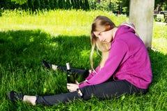 Opiła młoda kobieta z butelką alkohol obrazy stock