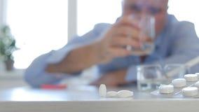 Opiła osoba Spożywa alkoholów leki i Dymi papierosy obraz stock
