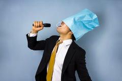 Opiłego biznesmena śpiewacki karaoke Fotografia Royalty Free