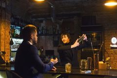 Opiły biznesmen opowiada barman zdjęcie stock