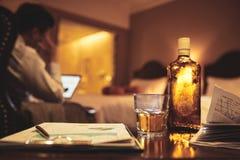 Opiły biznesmen pracuje na raporcie przy nocą obrazy royalty free