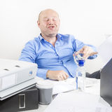 Opiły biznesmen przy biurem Fotografia Stock