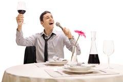 Opiły biznesmena śpiew przy restauracją zdjęcie royalty free