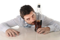 Opiły biznesowy mężczyzna marnotrawiący i whisky butelka w alkoholizmu Obrazy Stock