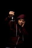 Opiły facet z butelką piwo Młoda alkoholiczka w czerwonym hoodie na czarnym tle Alkoholiczny nałogu pojęcie zdjęcie stock