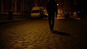 Opiły mężczyzna chodzi noc brukujący ulicznym i pijący piwo tworzy butelkę zbiory wideo