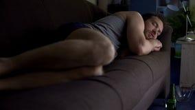 Opiły mężczyzna dosypianie na leżance w bieliźnie, nieudany małżeństwo, pije w domu fotografia stock