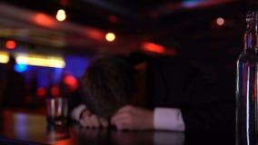 Opiły mężczyzna kłamać nieświadomie w barze, walczący problemy samotnie, wieka średniego kryzys zbiory wideo