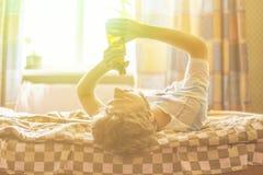 Opiły mężczyzna kłama w domu z butelką piwo f zdjęcie royalty free