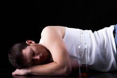 Opiły mężczyzna lying on the beach na podłoga Zdjęcia Royalty Free