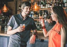 Opiły mężczyzna obsiadanie przy barem, pijący koktajl, patrzeje dziewczyny obrazy royalty free