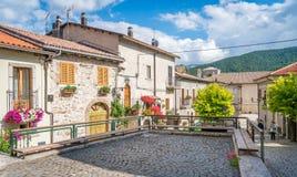 Opi i en sommareftermiddag, lantlig by i den Abruzzo nationalparken, landskap av L ` Aquila, Italien Arkivfoton