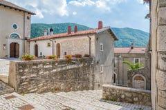 Opi i en sommareftermiddag, lantlig by i den Abruzzo nationalparken, landskap av L ` Aquila, Italien Arkivbilder