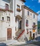 Opi i en sommareftermiddag, lantlig by i den Abruzzo nationalparken, landskap av L ` Aquila, Italien Royaltyfri Bild