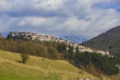 Opi medeltida by på de Abruzzo bergen i Italien Royaltyfri Bild