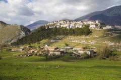 Opi medeltida by på de Abruzzo bergen i Italien Royaltyfri Fotografi