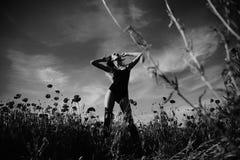 opia, kobieta lub dziewczyna w kwiatu polu makowy ziarno, zdjęcia royalty free