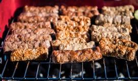 Opieczenia mięso na grilla grillu z węglem obrazy stock