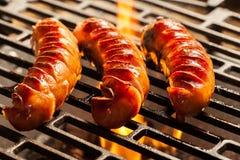 Opieczenie kiełbasy na grilla grillu fotografia royalty free