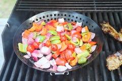Opieczenie stek i świezi vegatables w grillu zdjęcie royalty free