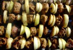 Opieczenie szaszłyk z łękiem gotuje na ogieniu pieczone mięso fotografia stock