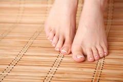 Opieka dla pięknej kobiety iść na piechotę na podłoga piękne nogi odosobnione tła nad białą kobietą Zdjęcia Royalty Free