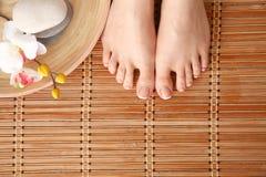 Opieka dla pięknej kobiety iść na piechotę na podłoga piękne nogi odosobnione tła nad białą kobietą Fotografia Royalty Free