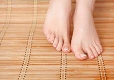 Opieka dla pięknej kobiety iść na piechotę na podłoga piękne nogi odosobnione tła nad białą kobietą Obraz Royalty Free