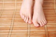 Opieka dla pięknej kobiety iść na piechotę na podłoga piękne nogi odosobnione tła nad białą kobietą Zdjęcie Stock