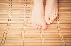 Opieka dla pięknej kobiety iść na piechotę na podłoga piękne nogi odosobnione tła nad białą kobietą Obraz Stock