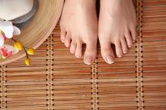 Opieka dla pięknej kobiety iść na piechotę na podłoga piękne nogi odosobnione tła nad białą kobietą Obrazy Stock