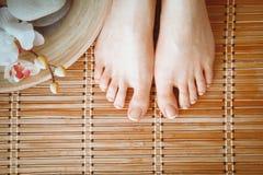 Opieka dla pięknej kobiety iść na piechotę na podłoga piękne nogi odosobnione tła nad białą kobietą Obrazy Royalty Free