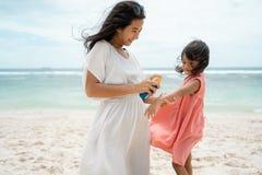 Opieka matka daje sunblock jego córka fotografia royalty free