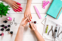 opieka paznokcia gwóźdź bawełny usunąć mopu lakier Zbliżenie żeńskie ręki segreguje gwoździe z fachową gwóźdź kartoteką w piękno  Obrazy Royalty Free