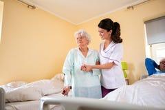 Opieka starsze osoby przy karmiącym domem obraz royalty free