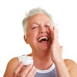 opieka szczęśliwa bierze kobiety jej skóra zdjęcia stock