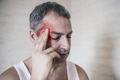 Opieka zdrowotna, ból, stres, wiek i ludzie pojęć, - dorośleć mężczyzna cierpienie od migreny w domu obraz stock