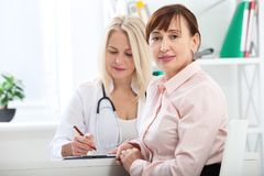 Opieka zdrowotna i medyczny pojęcie - lekarka z pacjentem w szpitalu Obrazy Royalty Free