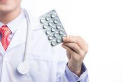 Opieka zdrowotna i medyczny pojęcie - azjatykcia mel lekarka z bąblem p Obrazy Stock