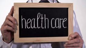 Opieka zdrowotna pisać na blackboard w terapeuta rękach, usługa zdrowotna, szpital obraz royalty free