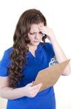 Opieka zdrowotna pracownik z schowkiem z migreną lub zamieszaniem zdjęcia stock