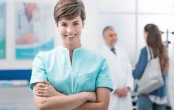 Opieka zdrowotna profesjonaliści przy kliniką zdjęcia royalty free