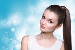 Opieka zdrowotna, skincare, zdrój i piękna pojęcie, - młoda kobieta Obrazy Royalty Free