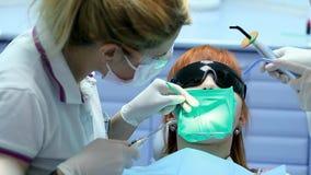Opieka Zdrowotna w Stomatologicznej klinice, ludziach Pracuje jako dentysta i Medycznym asystencie, Sprawdza higienę Szeroką Żeńs Fotografia Royalty Free