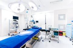 Opieki zdrowotnej centrum, sala szpitalna Wnętrze sala operacyjna z pustym łóżkiem i lampami Fotografia Royalty Free