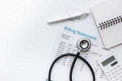 Opieki zdrowotnej fakturowania oświadczenie z doktorskim ` s stetoskopem na białym tło odgórnego widoku egzaminie próbnym obraz royalty free