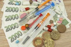 Opieki zdrowotnej finansowanie Pojęcie płacić medycznych akty Ważni Czescy banknoty i monety obrazy stock