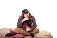 Opieki zdrowotnej, grypy, ludzi, rhinitis i medycyny pojęcie, - chory mężczyzna dmucha jego i pije herbaty przy nos z papierową p Obrazy Stock
